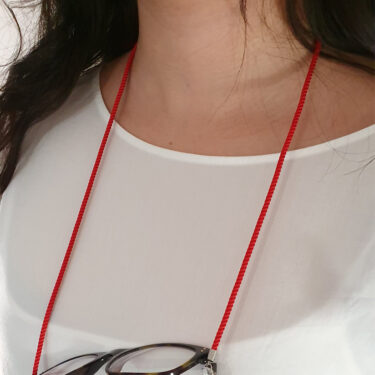 Glasögonsnöre tross röd