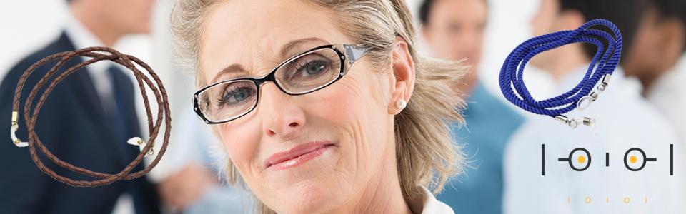 glasögonsnöre-kvinna-med-brunläder-och-blåtextil