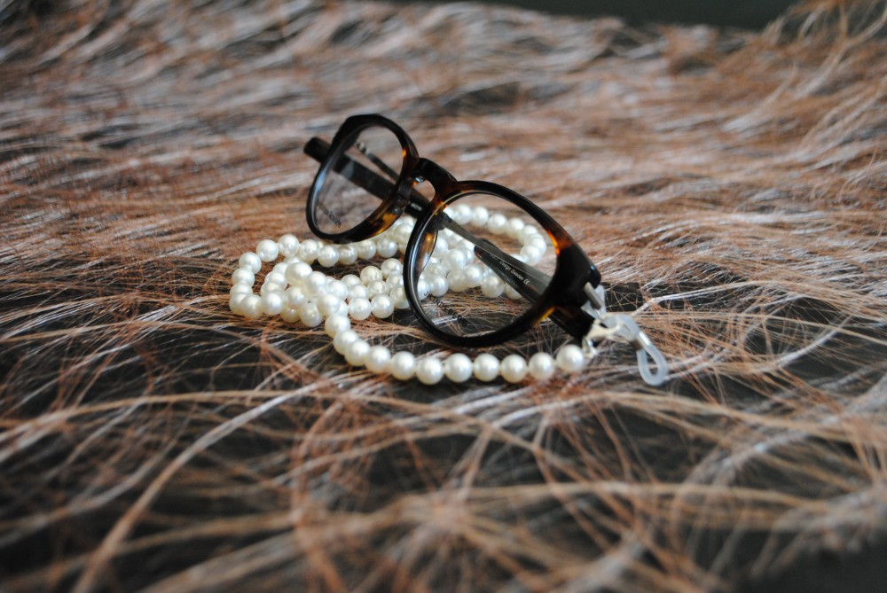Glasögonsnöre sötvattenspärlor vita